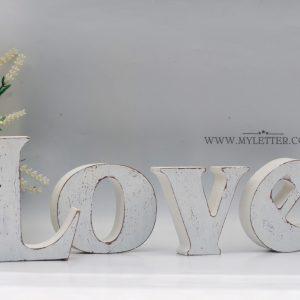 אותיות LOVE למדף