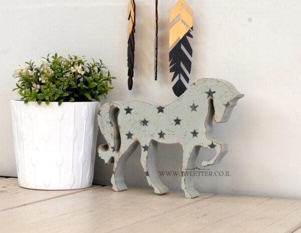 סוס עם כוכבים למדף