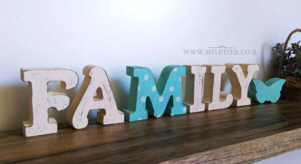 אותיות FAMILY עומדות